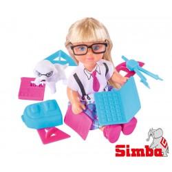 Simba Evi w stroju szkolnym z laptopem